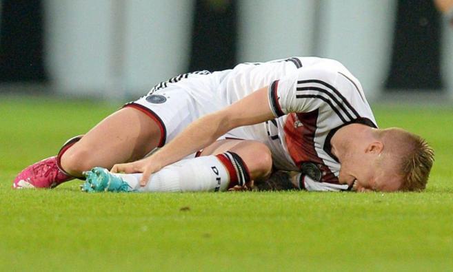 Marco Reus se lleva la mano al tobillo izquierdo nada más lesionarse.