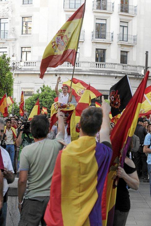 Banderas portadas por los participantes en sendas manifestaciones.
