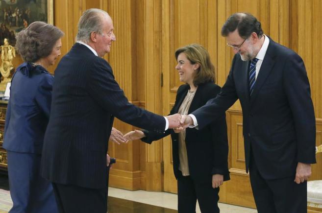 Los Reyes saludan a Soraya Sáenz de Santamaría y Mariano Rajoy en el...