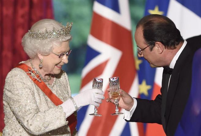 La Reina Isabel II brinda con el presidente francés, François...