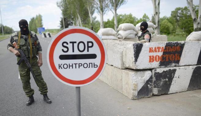 Rebeldes prorrusos, en un puesto fronterizo en las afueras de Donetsk.