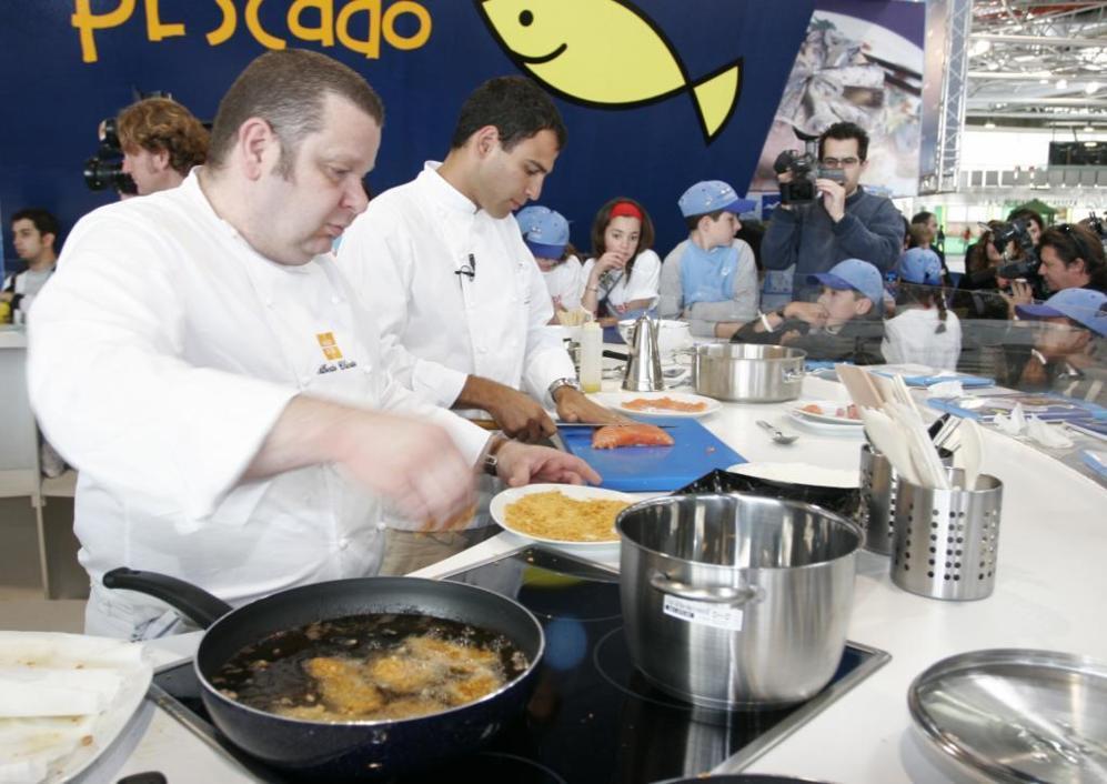 Darío Barrio (dcha.) con otros de sus amigos, Alberto Chicote, en la...