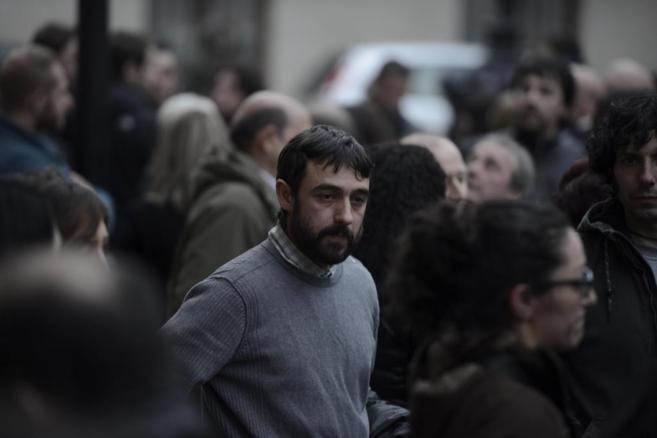 El padre de Anne Ganuza, durante el funeral en Treviño.