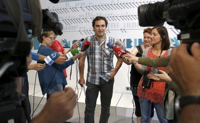 Anjel Oiarbide, portavoz de Gure esku dago, habla ante los micrófonos...