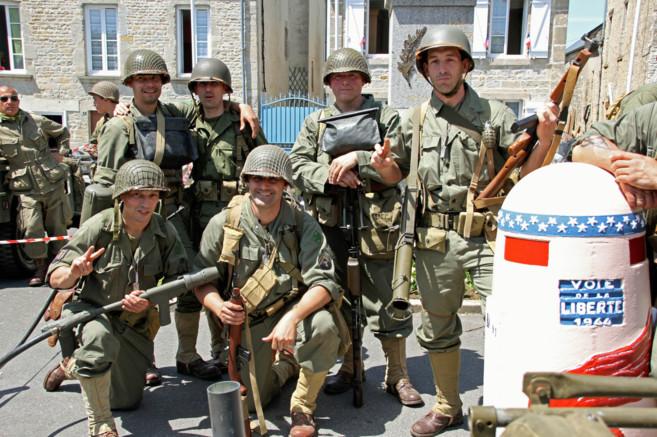 Españoles, vestidos de soldados, participan en la reconstrucción del...