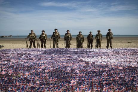 Personas llevando el uniforme británico de la II Guerra Mundial en...