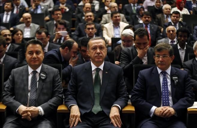 De izqda a dcha., A. Babacan, el premier turco, Recep Tayyip Erdogan,...