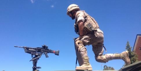 Un militar, sobre un 'Hammer' del Ejército.