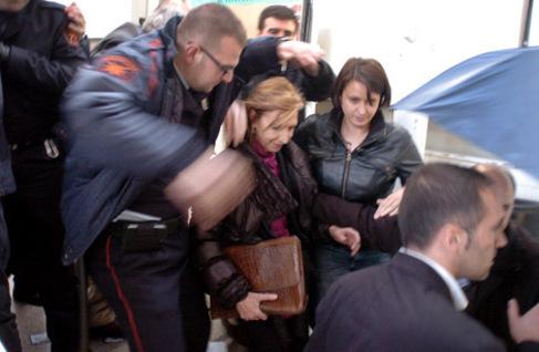 Un miembro de seguridad protege a la presidenta de UPyD.
