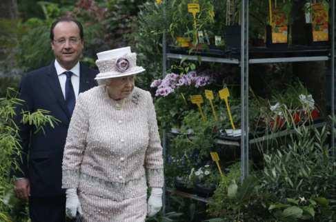 Isabel II y François Hollande, durante su visita al mercado de las...