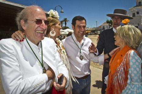 Juan Manuel Moreno (en el centro) junto al alcalde de Huelva (izqda).