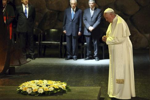El Papa reza ante la mirada de Simon Peres en el Museo del Holocausto.