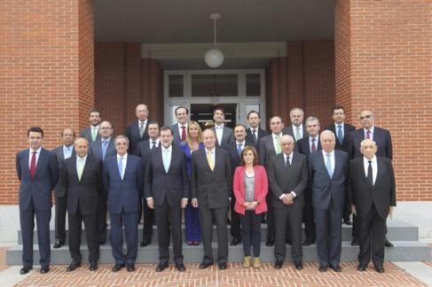 El Rey con al presidente, varios ministros, empresarios y miembros de...