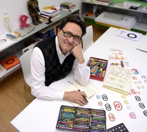 El diseñador Manuel Estrada, en su estudio madrileño, con bocetos de...
