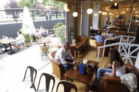 Imagen de la terraza del Café de la Cruz
