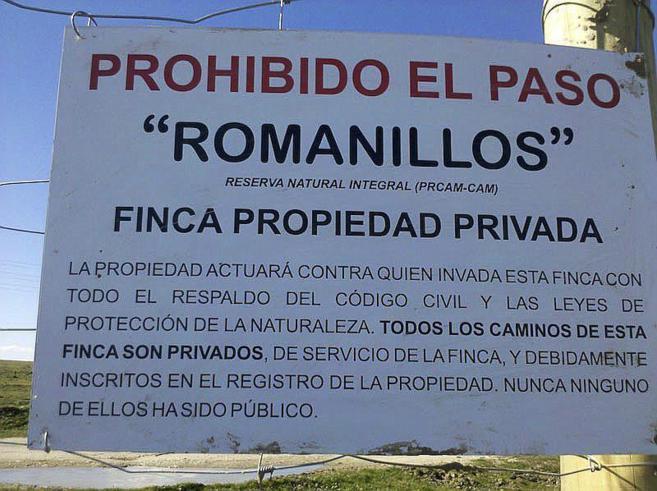 Imagen del cartel colocado en la Finca Los Romanillos para evitar el...