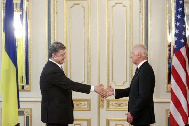 El nuevo presidente ucraniano Petro Poroshenko le da la mano a Joe...