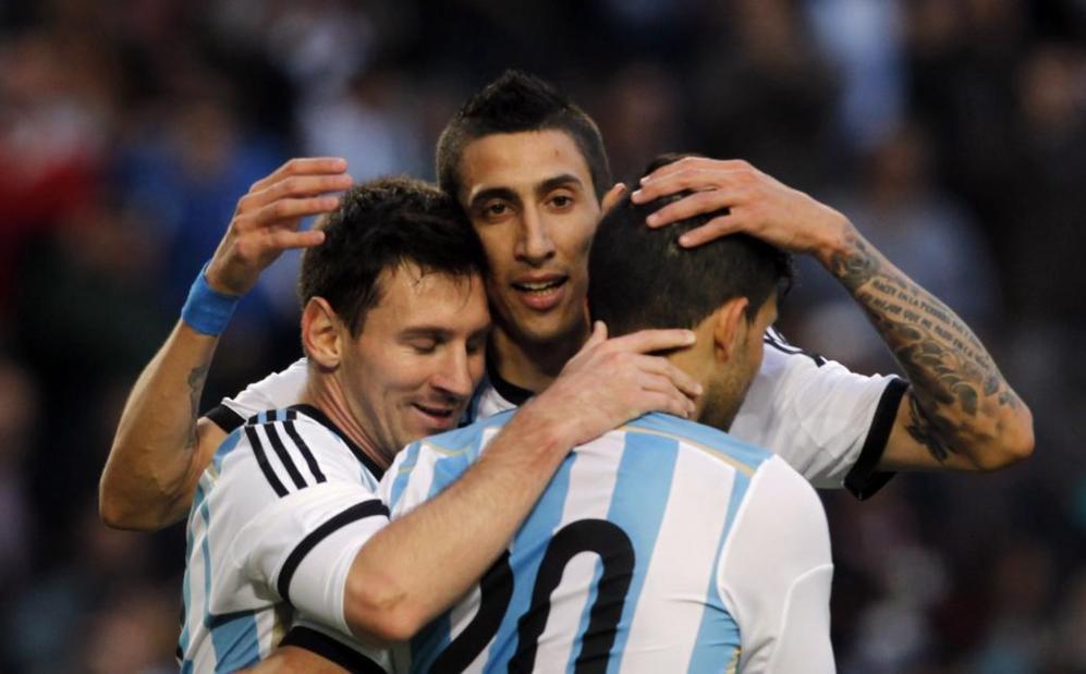 Messi, Di María y Agüero celebran el tanto del 10 albiceleste.