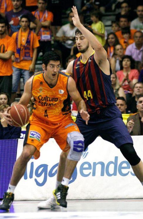 Tomic presiona a Trigueros durante el encuentro.