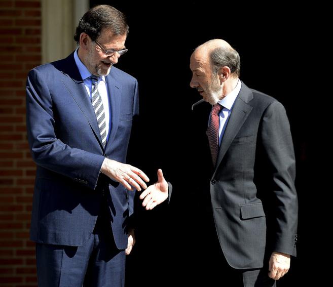 Rajoy y Rubalcaba se dan la mano durante un encuentro de los dos...