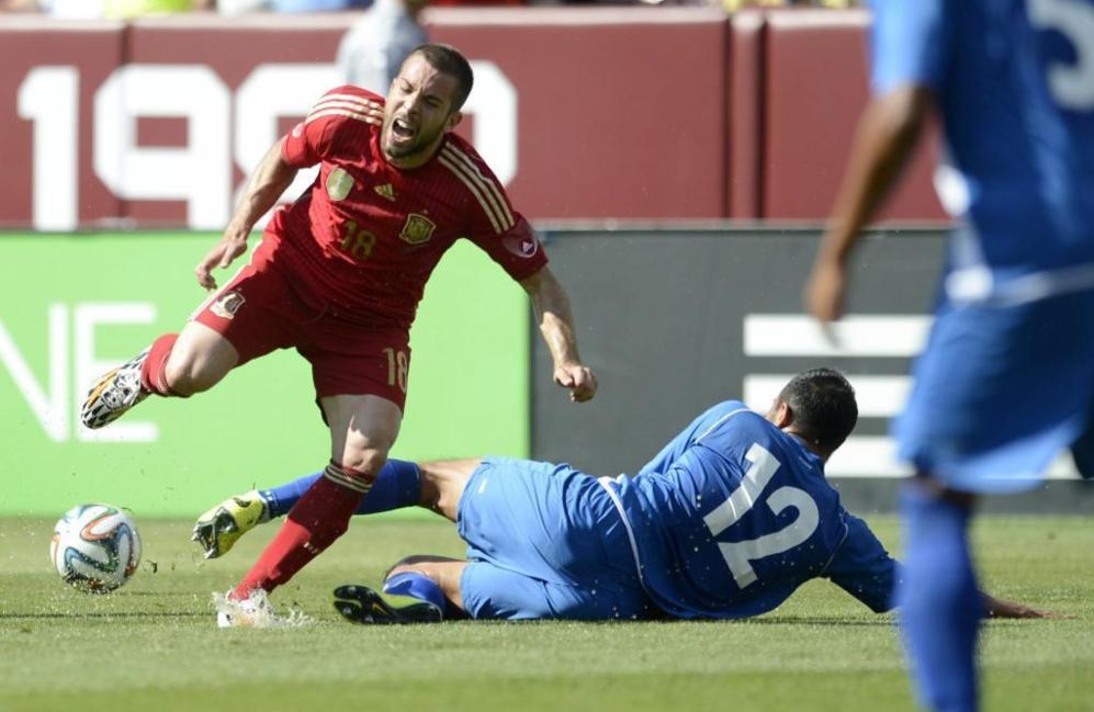 Jordi Alba dio el susto en una acción con Álvarez, pero pudo...