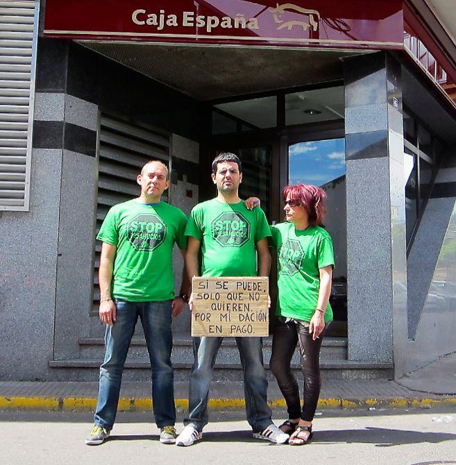 Pablo Fernández, con dos compañeros, frente a la sucursal de Caja...