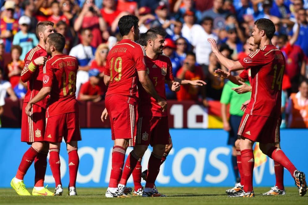 Los jugadores de España felicitaron a Villa por su doblete. El...