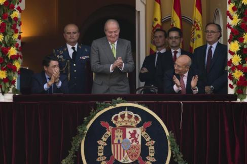 El Rey, en el palco Real de Las Ventas, rodeado de varios políticos,...