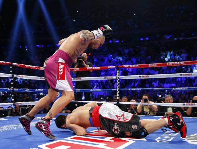 Cotto observa a Martínez, caído sobre la lona.