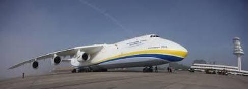 El avión más grande del mundo, un Antonov, en Foronda.