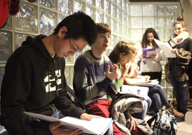 Varios estudiantes repasan sus apuntes durante la prueba de...