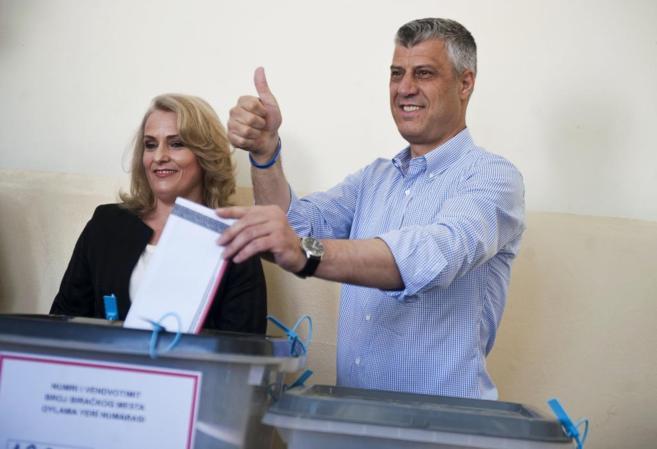 Hashim Thaci introduce su voto durante las elecciones parlamenmtarias...