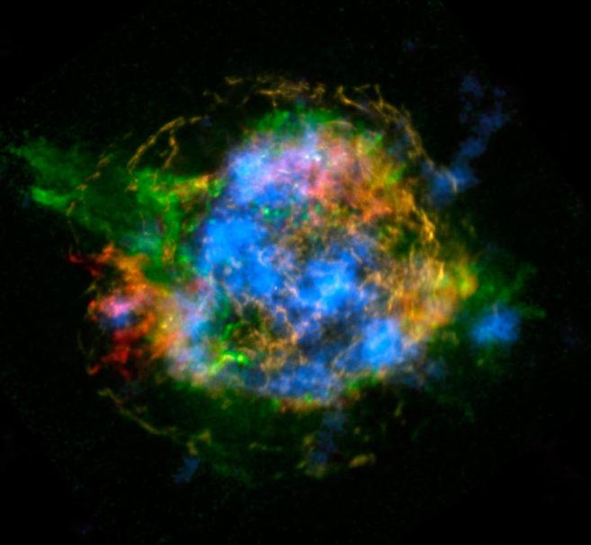El remanente de supernova Cas A observado por NuSTAR (azul) y Chandra.