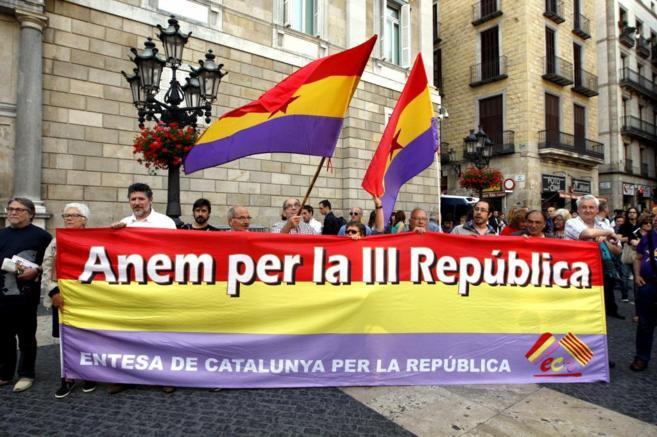 Protesta en la plaza Sant Jaume para rechazar la monarquía y pedir un...