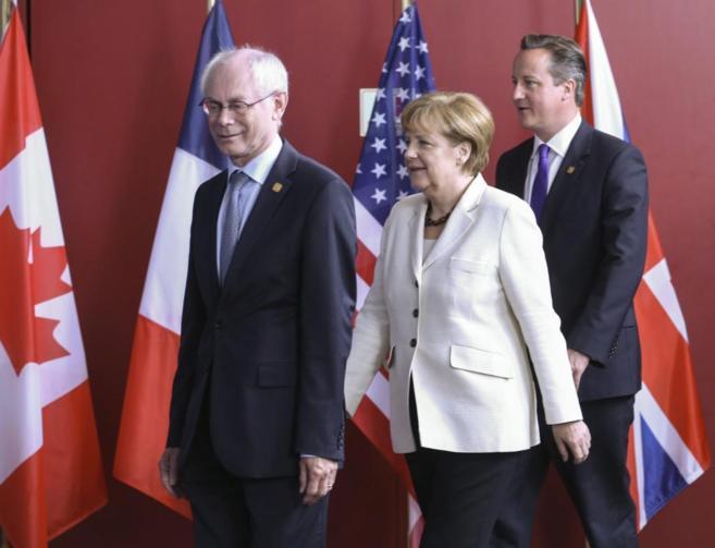 De izda. a dcha., Herman Van Rompuy, Angela Merkel y David Cameron en...