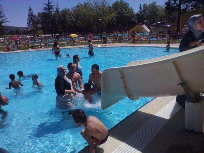 La mujer ataviada con velo en las piscinas municipales de Gamarra.