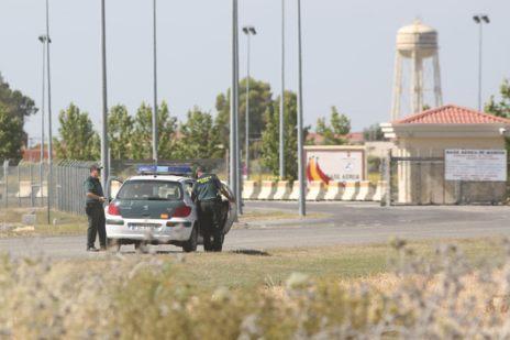Una patrulla de la Guardia Civil, a las puertas de la base de Morón.