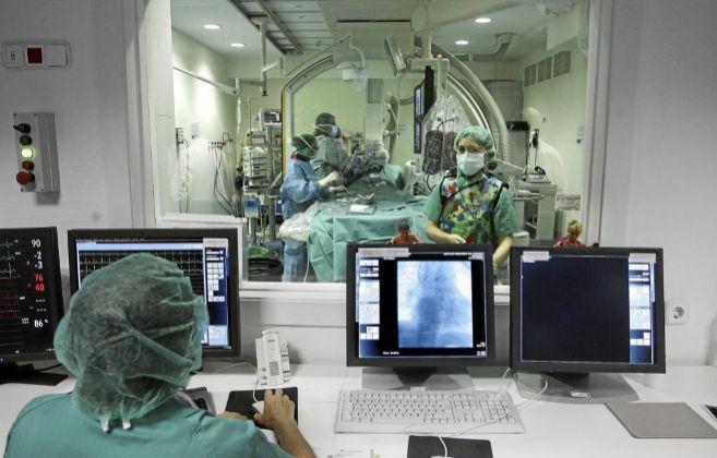 Imagen de una sala de hemodinámica desde el panel de control.