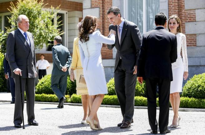 El Príncipe de Asturias besa la mano de Angélica Rivero en la...
