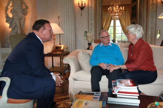 Alberto II, acompañado de su mujer, Paola, durante una entrevista con...