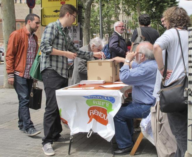 Varias personas votan en una mesa del multireferéndum instalada el...