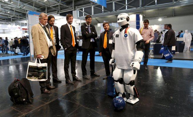 Robot humanoide de la española PAL Robotics chuta un balón en...