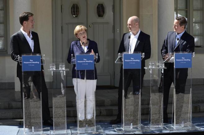De izda. a dcha., Rutte, Merkel, Reinfeldt y Cameron, durante su rueda...