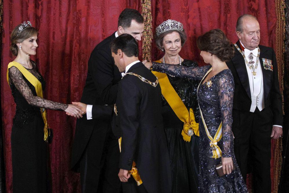 Los príncipes de Asturias y los Reyes saludan a Peña Nieto y su...