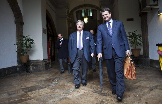 Alperi (i) junto a su abogado, tras declarar en el TSJ por los...