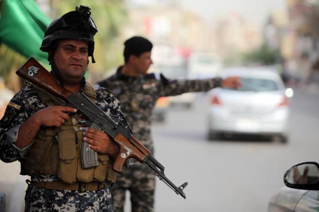 Un policía iraquí en un puesto de control en Bagdad.