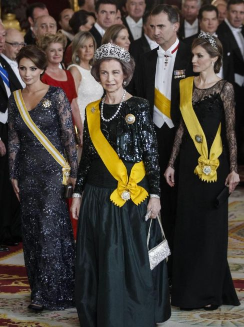 La primera dama y la princesa, a ambos lados de Doña Sofía.