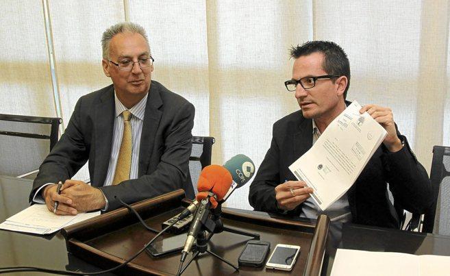 Agustín Navarro y José Bañuls, este martes, haciendo público el...