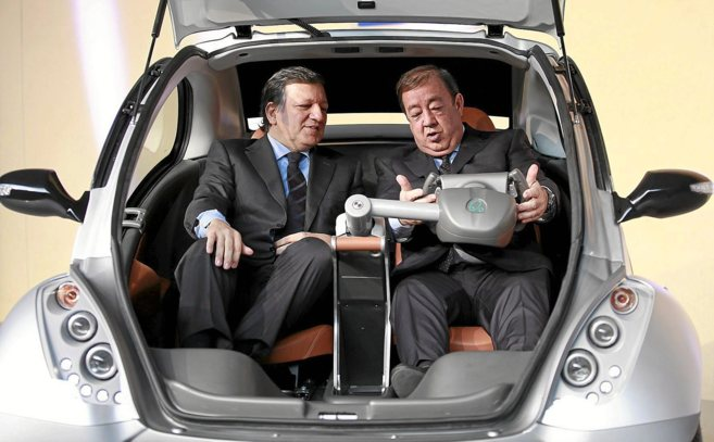 El presidente Durao Barroso  atiende las explicaciones de Jesús...
