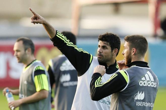 Ramos y Diego Costa durante un entrenamiento de la selección.